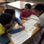 Nina, Maja, Renato, Leon sastavljaju popis riječi